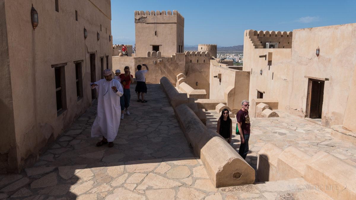 Sporo ludzi zwiedza fort