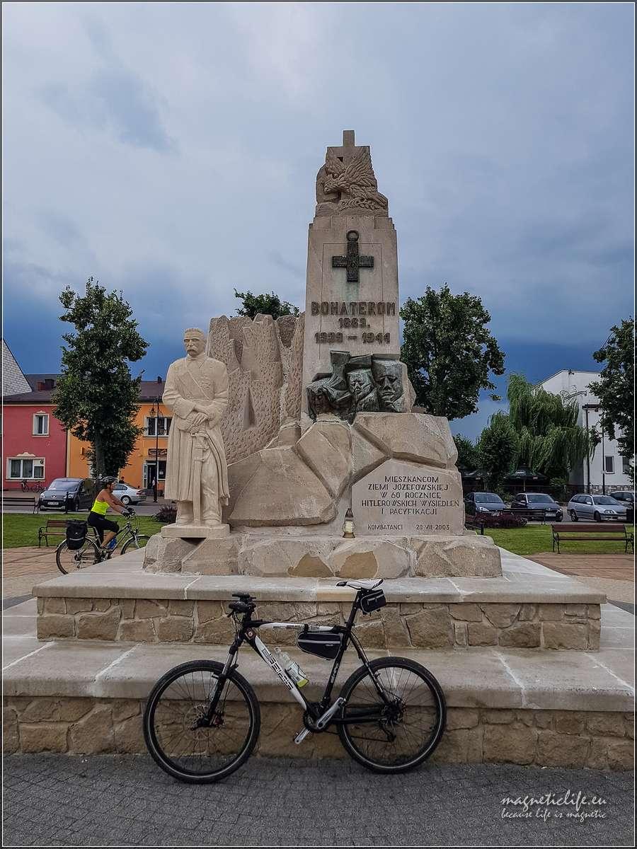 Józefów - pomnik bohaterów walk oniepodległość Polski