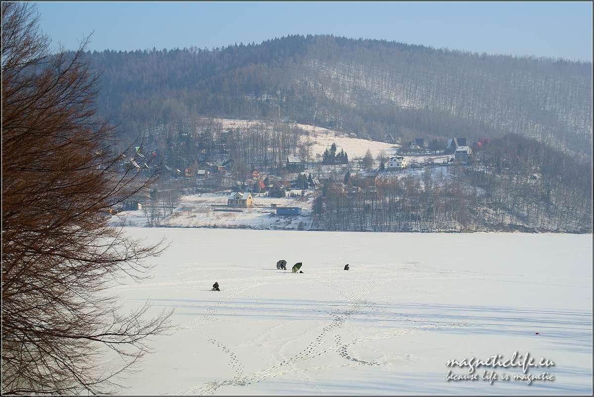 Zimowe łowienie ryb naJeziorze Międzybrodzkim