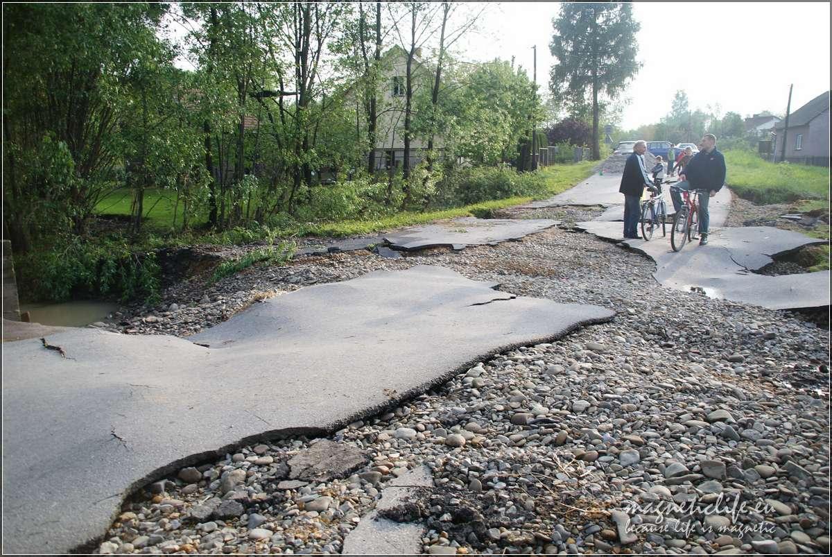 Kaskada rzeki Soły. Zniszczona droga wBielanach popowodzi w2010 roku