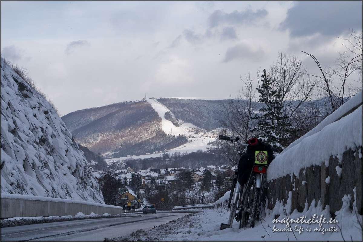 Kaskada rzeki Soły. Zimowy widok natrasę narciarską nagórze Żar
