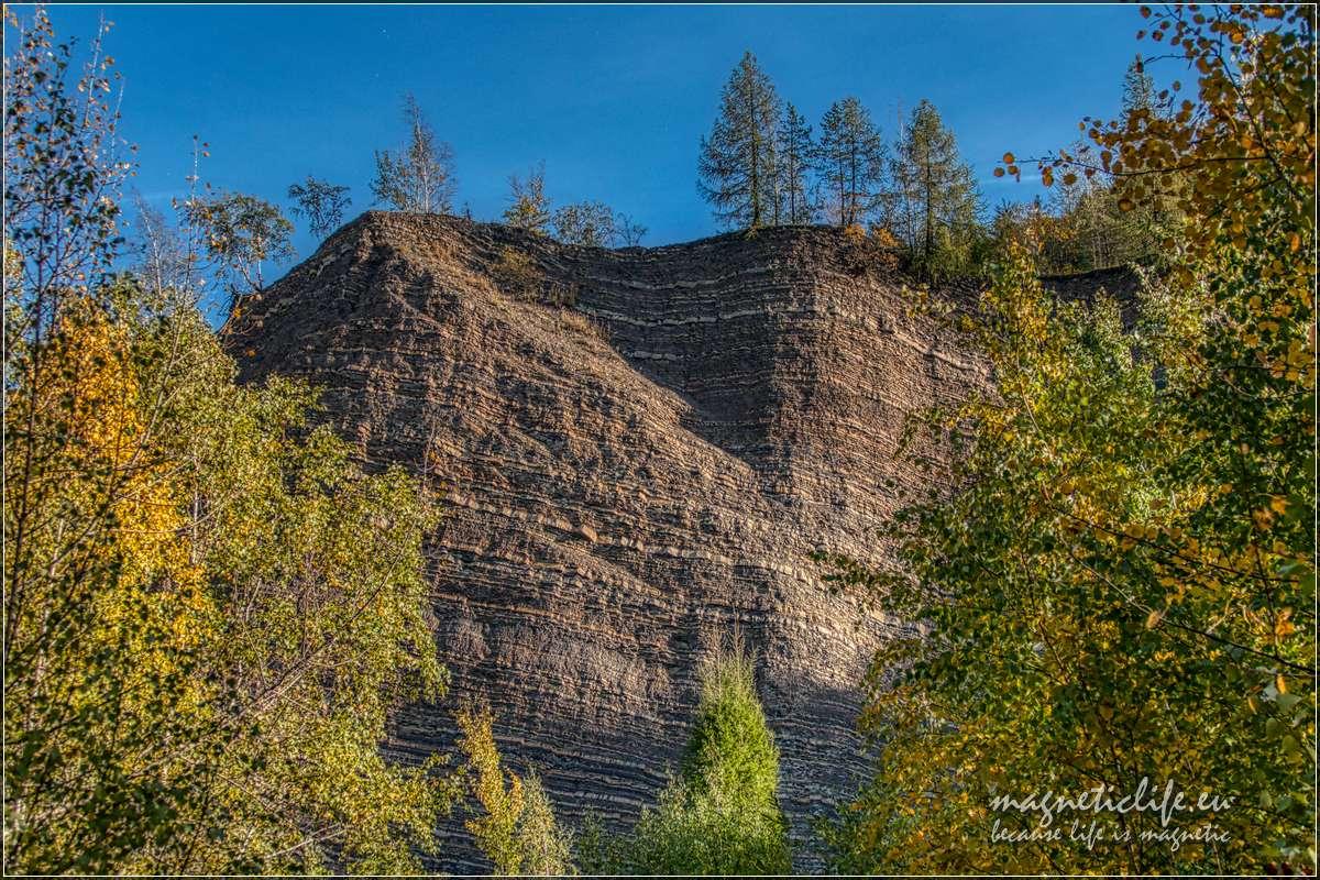 Skały wkamieniołomie pokazują strukturę geologiczną góry