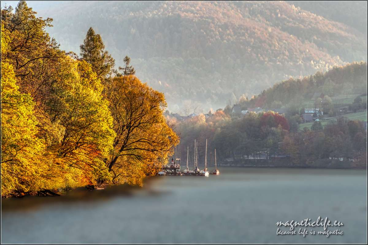 Kaskada rzeki Soły. Jezioro Żywieckie, jesienny widok zMałej Tresnej
