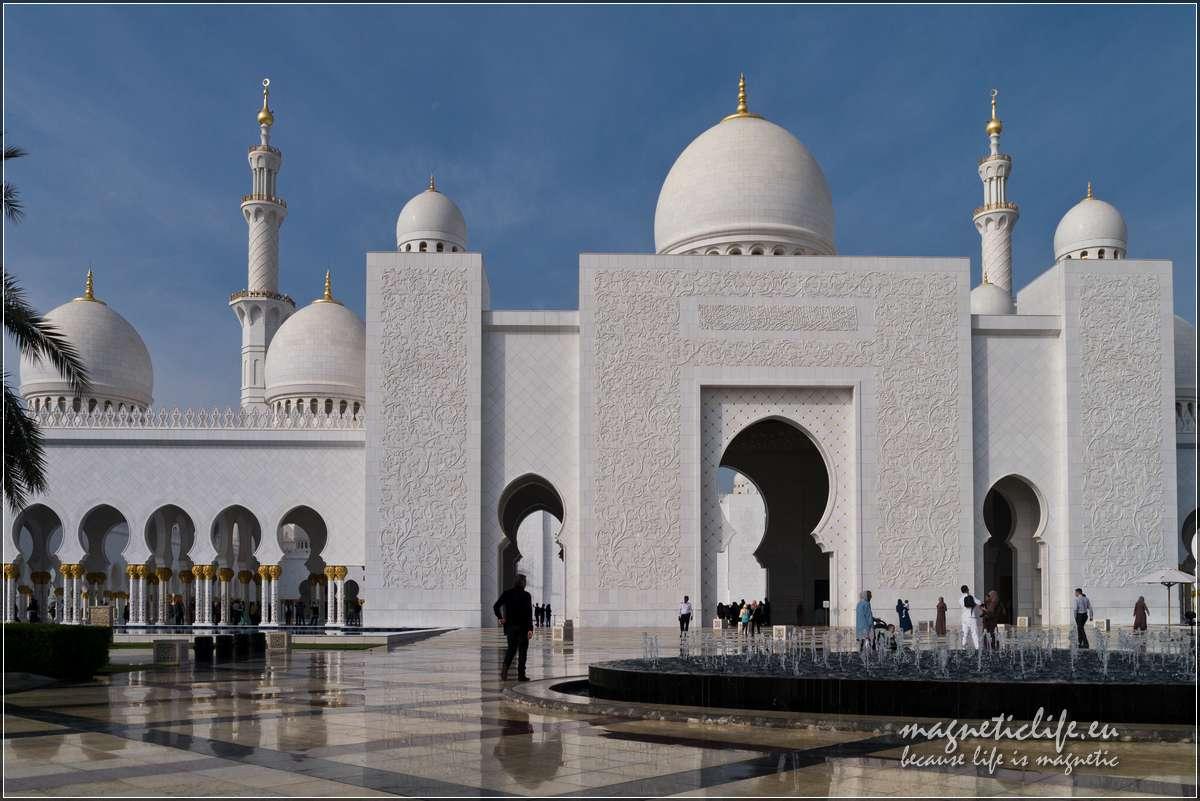 Abu Dhabi. Wielki Meczet Szejka Zayeda. Fontanna przedmeczetem