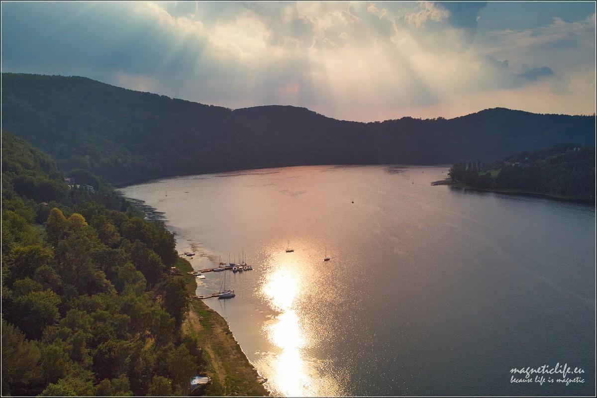 Jezioro Rożnowskie wpromieniach zachodzącego słońca