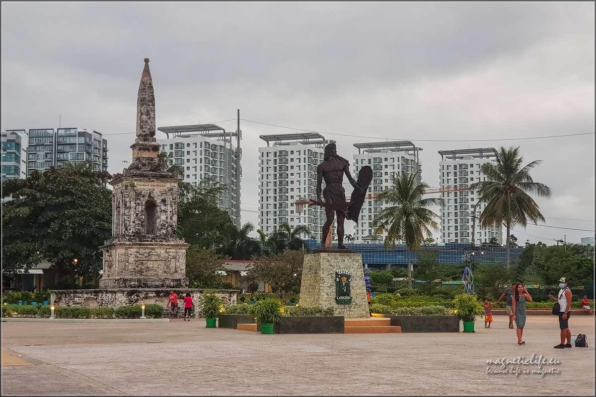 Pomnik Lapu Lapu imonument nachwałę Hiszpanii stoją obok siebe